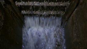 El dren de la alcantarilla almacen de video