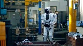 El droid biónico está actuando una tableta en una unidad de la fábrica metrajes