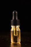 El dropper con el aceite de CBD, cáñamo vive extracción de la resina aislada foto de archivo libre de regalías