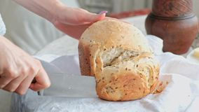 El dueño casero trata las huéspedes y a la familia con el pan del trigo, apenas cocido Cocina y comedor en casa de campo metrajes