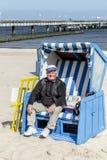 El dueño de la silla de playa se abre Fotos de archivo