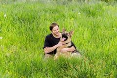 El dueño mira su perro Entrenamiento del pastor alemán Foto de archivo
