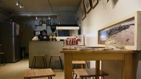 El dueño tailandés hizo el café del freash en cafetería local en Bangkok, Tailandia metrajes