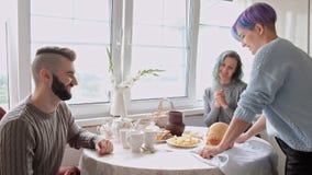 El due?o casero trata las hu?spedes y a la familia con el pan del trigo, apenas cocido Cocina y comedor en casa de campo almacen de video