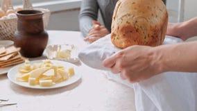 El due?o casero trata las hu?spedes y a la familia con el pan del trigo, apenas cocido Cocina y comedor en casa de campo metrajes