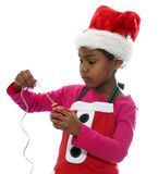 El duende de la Navidad ata el ornamento Fotos de archivo libres de regalías
