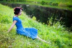El duende joven y hermoso camina el color creativo, tono de moda fotos de archivo