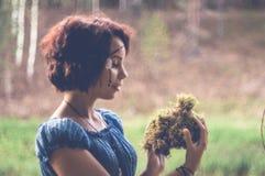 El duende joven y hermoso camina el color creativo, tono de moda foto de archivo