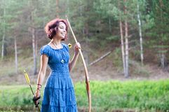 El duende joven y hermoso camina el color creativo, tono de moda imagenes de archivo