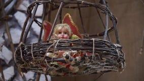 El duende mágico del primer se sienta en una jerarquía de madera almacen de metraje de vídeo