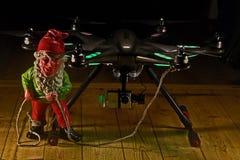 El duende sostiene un Hexacopter con la cámara en hdr Imagen de archivo
