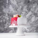 El dulce adorna la torta con las flores Fotos de archivo