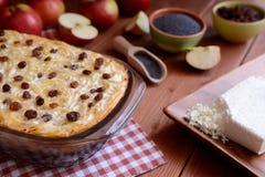 El dulce asó las pastas con las semillas de amapola, las manzanas y el queso cuajado Foto de archivo