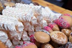 El dulce esmaltó las galletas y las galletas en la Navidad de Vilna comercializan advenimiento Foto de archivo