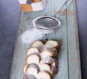 El dulce raisen el pan con el tamiz y el azúcar fotos de archivo