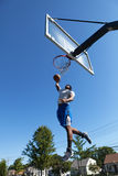 El Dunking del jugador de básquet foto de archivo libre de regalías