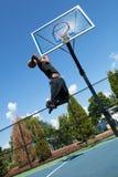 El Dunking del jugador de básquet fotografía de archivo