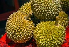 El Durian es una fruta asiática dulce y sabrosa famosa típica de Singapur Malasia e Indonesia con los puntos o las picaduras y st foto de archivo libre de regalías