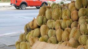 El Durian está en el contador de la tienda de la calle Frutas exóticas de Tailandia y de Asia almacen de metraje de vídeo