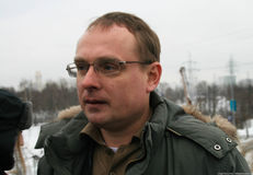 El ecologista Mikhail Matveev dijo a los periodistas sobre cómo ahorrar el bosque de Khimki Foto de archivo libre de regalías