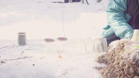 El ecologista prepara los tarros de cristal para las muestras y las marca almacen de metraje de vídeo