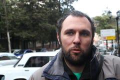 El ecologista Suren Gazaryan apenas dejado de debajo la detención Foto de archivo