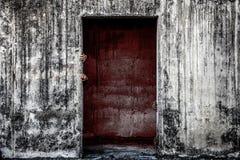 el edificio abandonado asustadizo con la pared de la sangre y el fantasma dan o que viene Imágenes de archivo libres de regalías