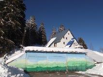 El edificio administrativo del estilo de la montaña de Durmitor del parque nacional fotos de archivo libres de regalías