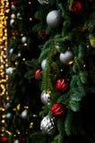 El edificio adornó con un árbol de navidad del Año Nuevo con la plata mate y las bolas rojas imagen de archivo