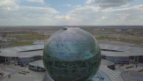 El edificio bajo la forma de bola en el fondo del campo almacen de metraje de vídeo