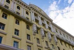 El edificio barroco se pinta amarillo Foto de archivo libre de regalías