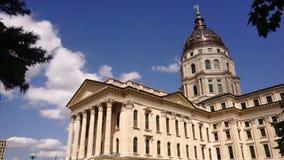 El edificio capital del capitolio del Topeka Kansas pone a tierra horizonte céntrico de la ciudad de los árboles metrajes