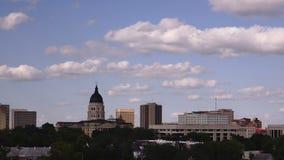 El edificio capital del Topeka Kansas pone a tierra el paso céntrico de las nubes del horizonte de la ciudad almacen de metraje de vídeo