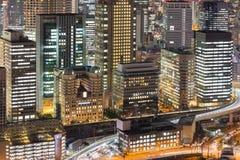 El edificio central del negocio de la ciudad enciende la opinión de la noche Fotos de archivo libres de regalías