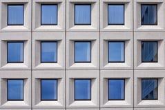 El edificio con las ventanas de cristal se cierra para arriba fotos de archivo