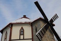 El edificio con los molinoes de viento simulados imagen de archivo libre de regalías