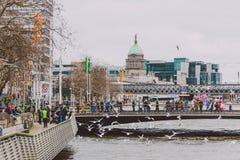 El edificio de aduanas en el centro de ciudad de Dublín, río Liffey Imagen de archivo libre de regalías