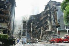 El edificio de Centralworld se derrumbó, quemado. Fotos de archivo