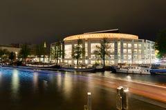El edificio de la ópera en la noche en el centro de Amsterdam en Fotos de archivo libres de regalías