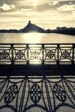 El edificio de la biblioteca nacional en Riga en la puesta del sol con el sábalo Imagenes de archivo