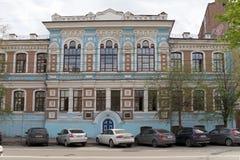 El edificio de la escuela diocesana de las mujeres, construido en 1909 por el proyecto del arquitecto de Krasnoyarsk V  de Ð Sok imagenes de archivo