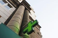 El edificio de la farmacia con la cruz Fotografía de archivo