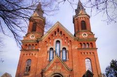 El edificio de la iglesia católica del ladrillo rojo Imágenes de archivo libres de regalías