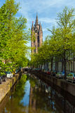 El edificio de la iglesia y del x28 viejos; Oude Kek& x29; en cerámica de Delft, Países Bajos Fotos de archivo libres de regalías