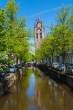 El edificio de la iglesia y del x28 viejos; Oude Kek& x29; en cerámica de Delft, Países Bajos Fotos de archivo