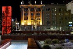 El edificio de la oficina del ` s del alcalde en Ekaterinburg en la noche con fotografía de archivo