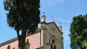 El edificio de la religión del cristianismo de la iglesia metrajes