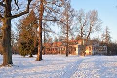 El edificio de ladrillo rojo viejo al lado del canal de Obvodny en el Alex Fotos de archivo