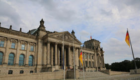 El edificio de Reichstag es el parlamento de Alemania en Berlín con f grande Fotos de archivo libres de regalías