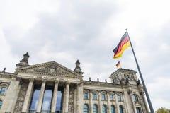 El edificio de Reichstag, jefaturas del parlamento alemán, en sea Imágenes de archivo libres de regalías